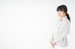 仕事をする作業服姿の女性の写真素材 [FYI04656491]