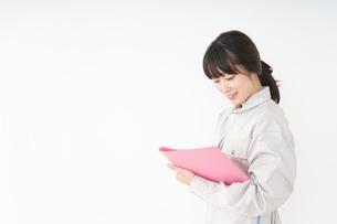 仕事をする作業服姿の女性の写真素材 [FYI04656496]