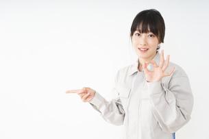 作業服で安全確認をする若い女性の写真素材 [FYI04656541]