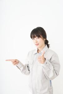 作業服で安全確認をする若い女性の写真素材 [FYI04656542]