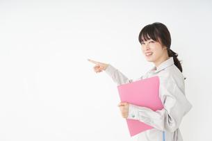 作業服で安全確認をする若い女性の写真素材 [FYI04656546]