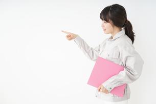 作業服で安全確認をする若い女性の写真素材 [FYI04656547]