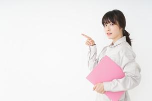 作業服で安全確認をする若い女性の写真素材 [FYI04656548]