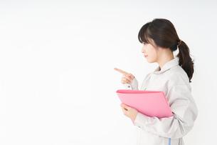 作業服で安全確認をする若い女性の写真素材 [FYI04656549]