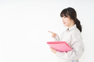 作業服で安全確認をする若い女性の写真素材 [FYI04656550]