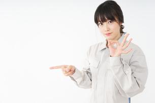 作業服で安全確認をする若い女性の写真素材 [FYI04656551]