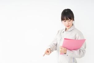 作業服で安全確認をする若い女性の写真素材 [FYI04656552]