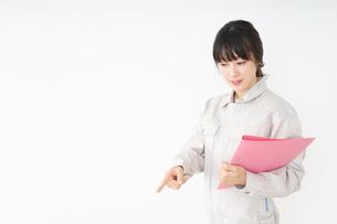 作業服で安全確認をする若い女性の写真素材 [FYI04656553]