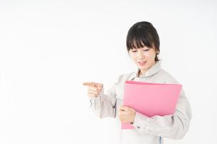 作業服で安全確認をする若い女性の写真素材 [FYI04656554]