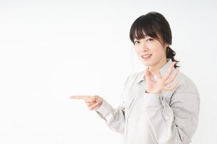 作業服で安全確認をする若い女性の写真素材 [FYI04656561]