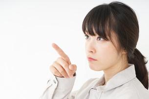 作業服で安全確認をする若い女性の写真素材 [FYI04656562]