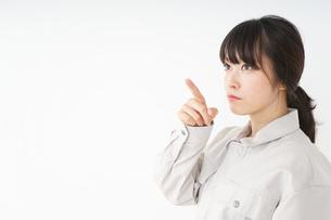 作業服で安全確認をする若い女性の写真素材 [FYI04656564]