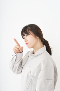 作業服で安全確認をする若い女性の写真素材 [FYI04656565]