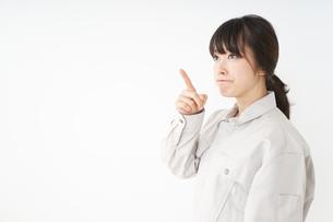 作業服で安全確認をする若い女性の写真素材 [FYI04656566]