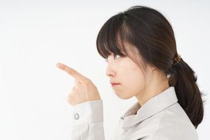 作業服で安全確認をする若い女性の写真素材 [FYI04656568]