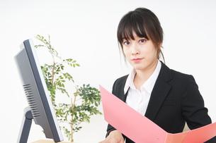 オフィスでデスクワークをするビジネスウーマンの写真素材 [FYI04656571]