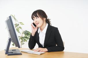 オフィスでデスクワークをするビジネスウーマンの写真素材 [FYI04656576]