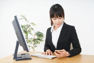 オフィスでデスクワークをするビジネスウーマンの写真素材 [FYI04656577]