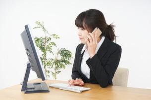 オフィスでデスクワークをするビジネスウーマンの写真素材 [FYI04656581]