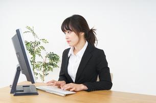 オフィスでコンピューターを使うビジネスウーマンの写真素材 [FYI04656590]