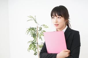 オフィスで書類を持つ若い女性の写真素材 [FYI04656593]