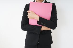 オフィスで書類を持つ若い女性の写真素材 [FYI04656598]
