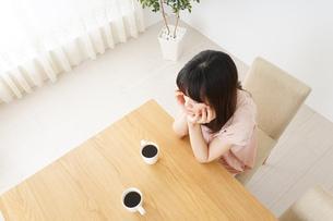 カフェでリラックスをする若い女性の写真素材 [FYI04656602]