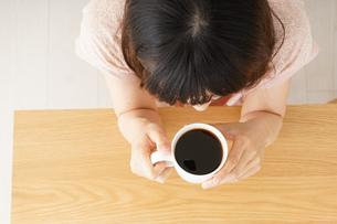 カフェでリラックスをする若い女性の写真素材 [FYI04656603]