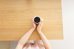カフェでリラックスをする若い女性の写真素材 [FYI04656607]