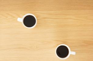 カフェでリラックスをする若い女性の写真素材 [FYI04656609]