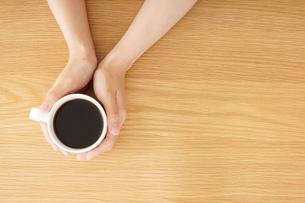 カフェでリラックスをする若い女性の写真素材 [FYI04656610]