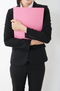オフィスで書類を持つ若い女性の写真素材 [FYI04656613]