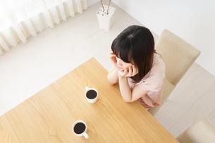 カフェでリラックスをする若い女性の写真素材 [FYI04656614]