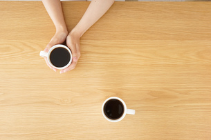 カフェでリラックスをする若い女性の写真素材 [FYI04656615]