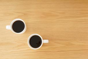 カフェでリラックスをする若い女性の写真素材 [FYI04656616]