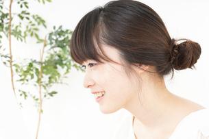 スキンケアをする若い女性の写真素材 [FYI04656642]