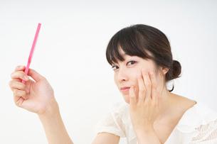 スキンケアをする若い女性の写真素材 [FYI04656653]