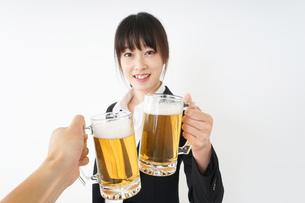 スーツでビールを飲むビジネスウーマンの写真素材 [FYI04656655]
