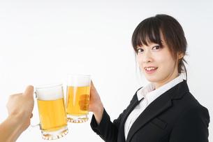 スーツでビールを飲むビジネスウーマンの写真素材 [FYI04656656]