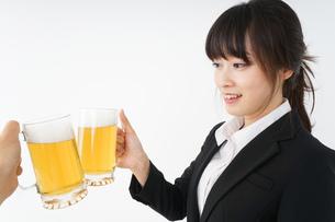 スーツでビールを飲むビジネスウーマンの写真素材 [FYI04656657]