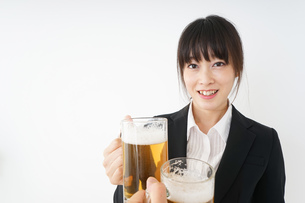スーツでビールを飲むビジネスウーマンの写真素材 [FYI04656658]