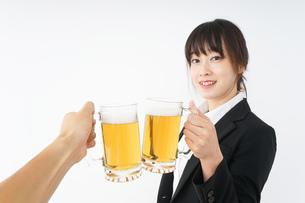 スーツでビールを飲むビジネスウーマンの写真素材 [FYI04656659]