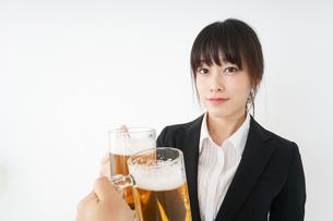 スーツでビールを飲むビジネスウーマンの写真素材 [FYI04656663]