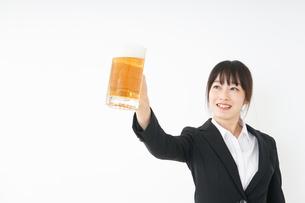 スーツでビールを飲むビジネスウーマンの写真素材 [FYI04656664]
