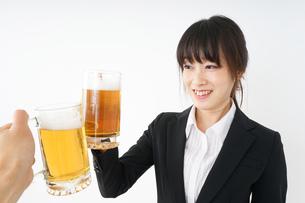 スーツでビールを飲むビジネスウーマンの写真素材 [FYI04656671]