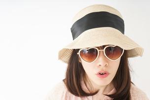 ビーチで休日を過ごす若い女性の写真素材 [FYI04656705]