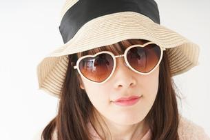 ビーチで休日を過ごす若い女性の写真素材 [FYI04656706]