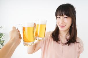 ビールを飲む若い女性の写真素材 [FYI04656707]