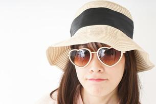 ビーチで休日を過ごす若い女性の写真素材 [FYI04656708]