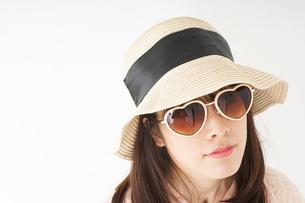 ビーチで休日を過ごす若い女性の写真素材 [FYI04656712]